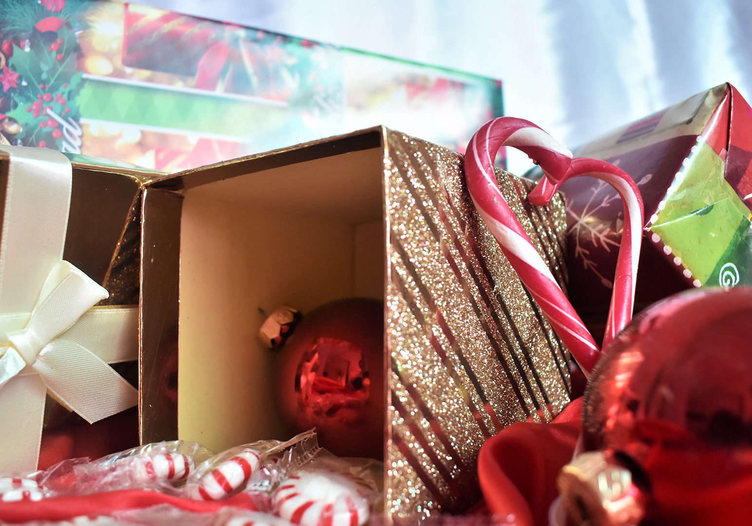 red-bauble-with-box